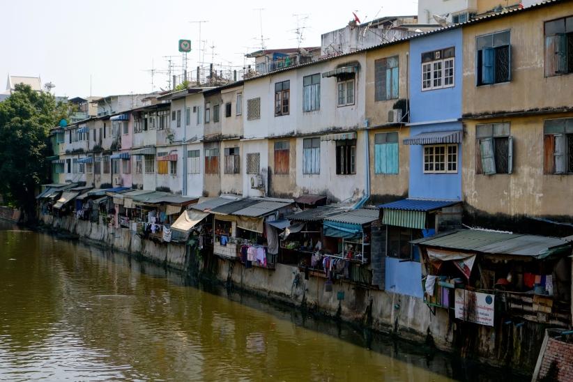 Avec vue sur le Khlong Rop Krung... Les khlongs sont les rivières qui traversent Bangkok, certaines ont des bateaux-bus pas chers et vraiment trippants...