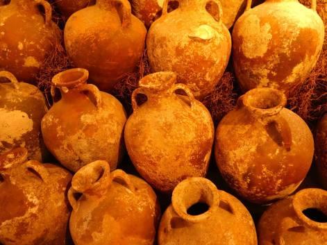 L'amphore est, dans l'Antiquité, le récipient le plus utilisé pour le transport de produits de base : le vin, l'huile d'olive et la bière...