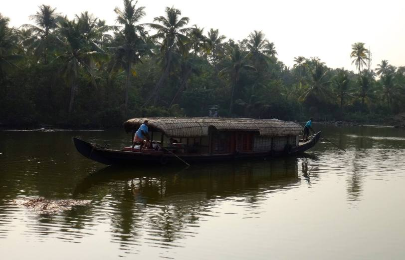 Petit Houseboat des Backwaters du Kerala.